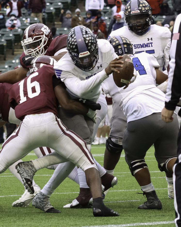 Mansfield Summit quarterback David Hopkins (7) scores the game-winning touchdown over Red Oak linebacker Devin Steen (16) in the fourth quarter at Globe Life Park in Arlington, Texas, Friday, Jan. 2, 2021. (Elias Valverde II / Special Contributor)