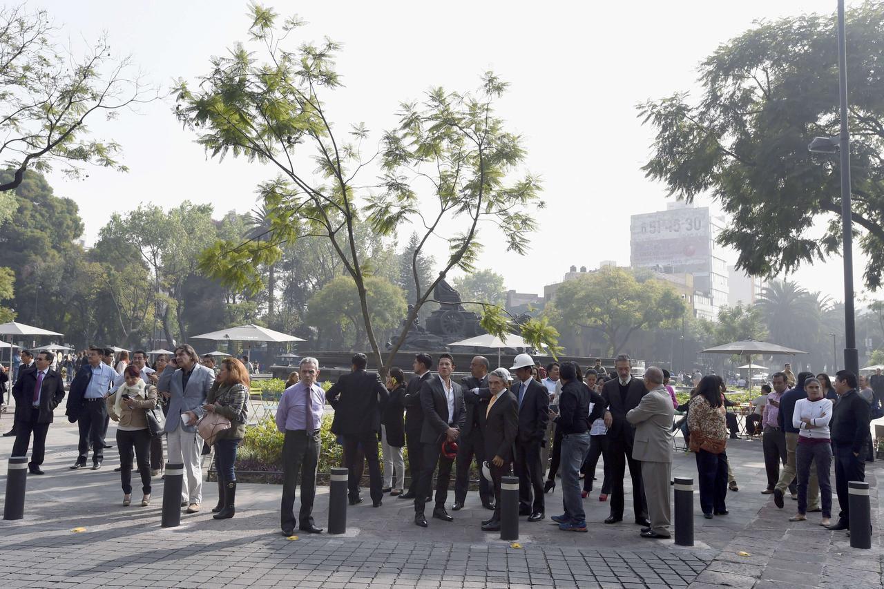 La gente permanece en las afueras de sus oficinaas luego de un temblor en la Ciudad de México. (AFP/GETTY IMAGE/ALFREDO ESTRELLA)