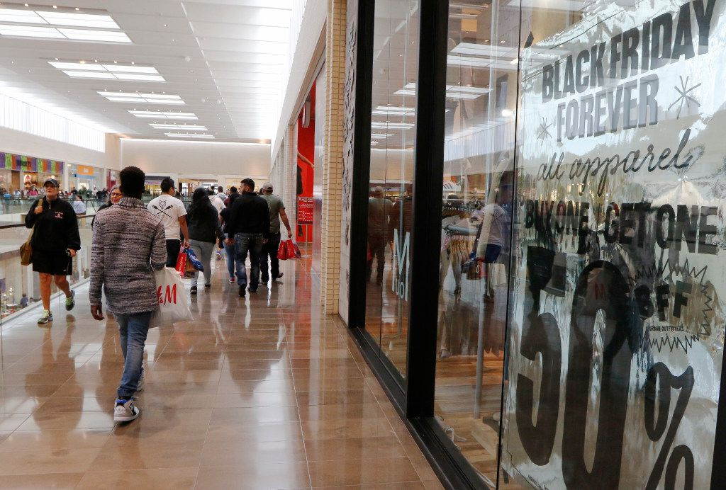 NorthPark Center customers take advantage of the low prices on Black Friday, November 25, 2016 in Dallas. (David Woo/The Dallas Morning)