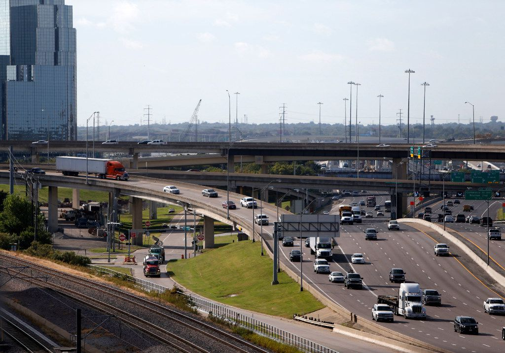 Traffic exits Woodall Rodgers Freeway onto northbound Stemmons (I-35) near downtown Dallas on Tuesday, Oct. 18, 2016. TxDOT's Lowest Stemmons project will address congested highways I-35 and Woodall Rodgers and the flow of traffic to the Dallas North Tollway.  (Rose Baca/The Dallas Morning News)