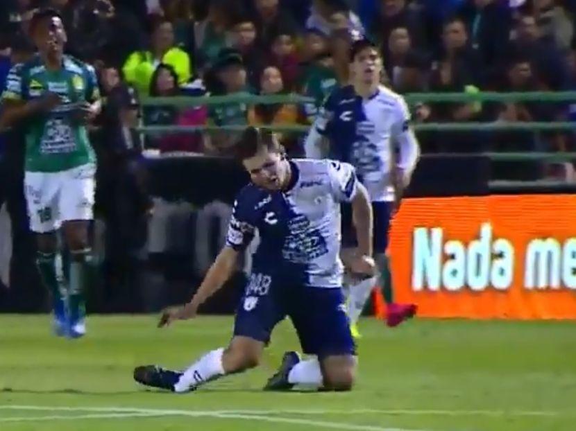 Momento en que e jugador de Tuzos de Pachuca, Eugenio PIzzuto, sufre la fractura que lo dejará fuera de actividad por varios meses.