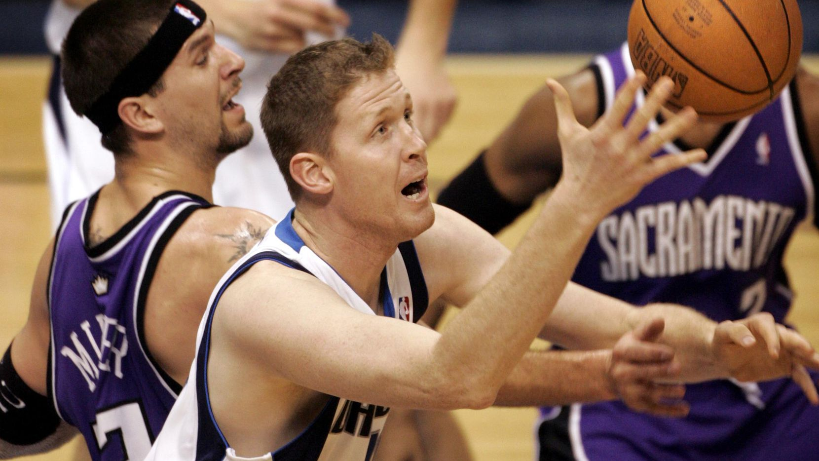 El jugador de los Mavericks de Dallas, Shawn Bradley, recupera un rebote ante los Kings de Sacramento en un partido del 24 de febrero de 2005.