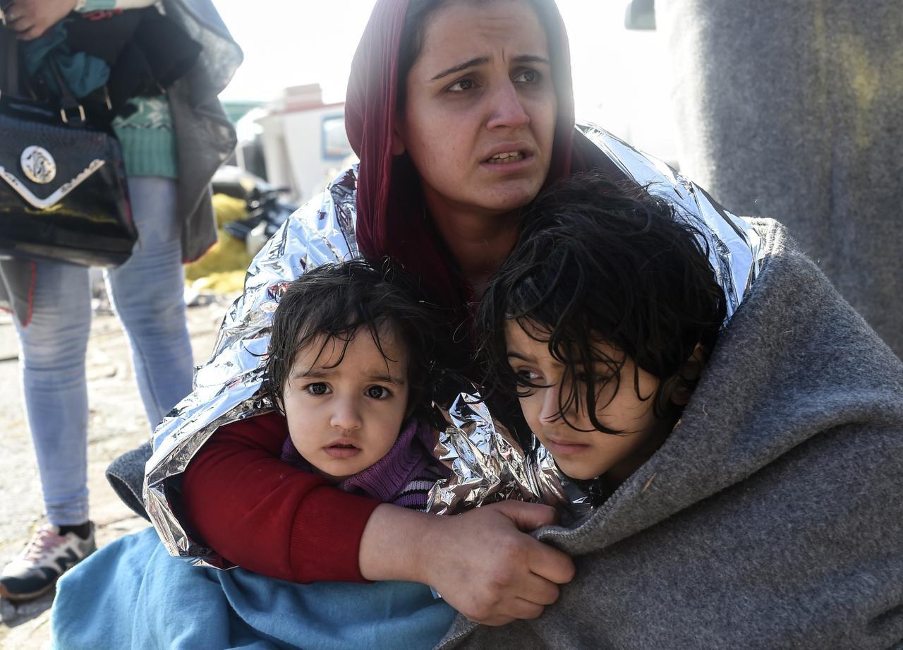 Un grupo de migrantes sirios que busca llegar a Europa desde el mar Egeo. El Partido Republicano promueve un plan para crear más filtros para recibir a refugiados que huyen de la guerra civil en su país. (AFP/GETTY IMAGES/BULENT KILIC)
