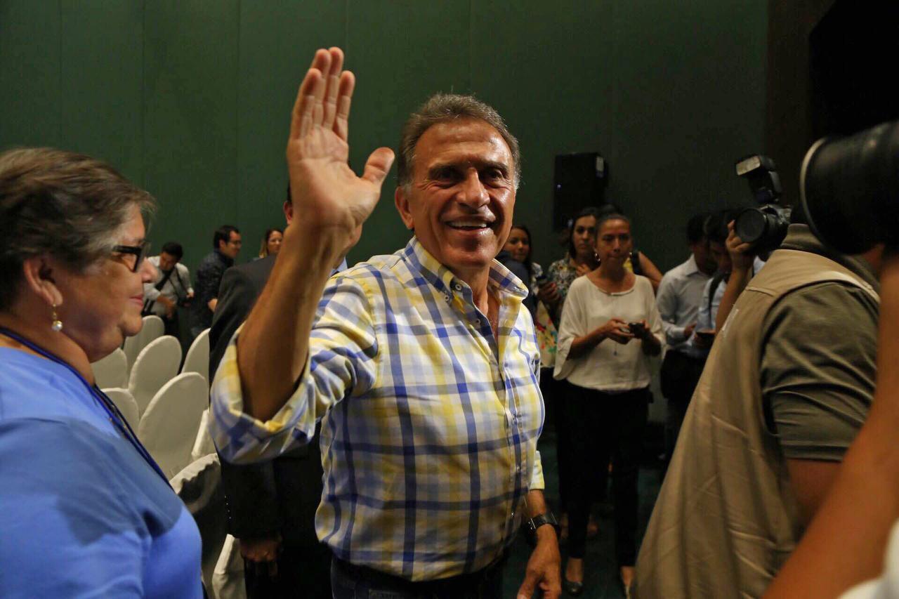 Miguel Ángel Yunes saluda a sus simpatizantes. El candidato del PAN y el PRD será el próximo gobernador de Veracruz. (AP/ILSE HUESCA)