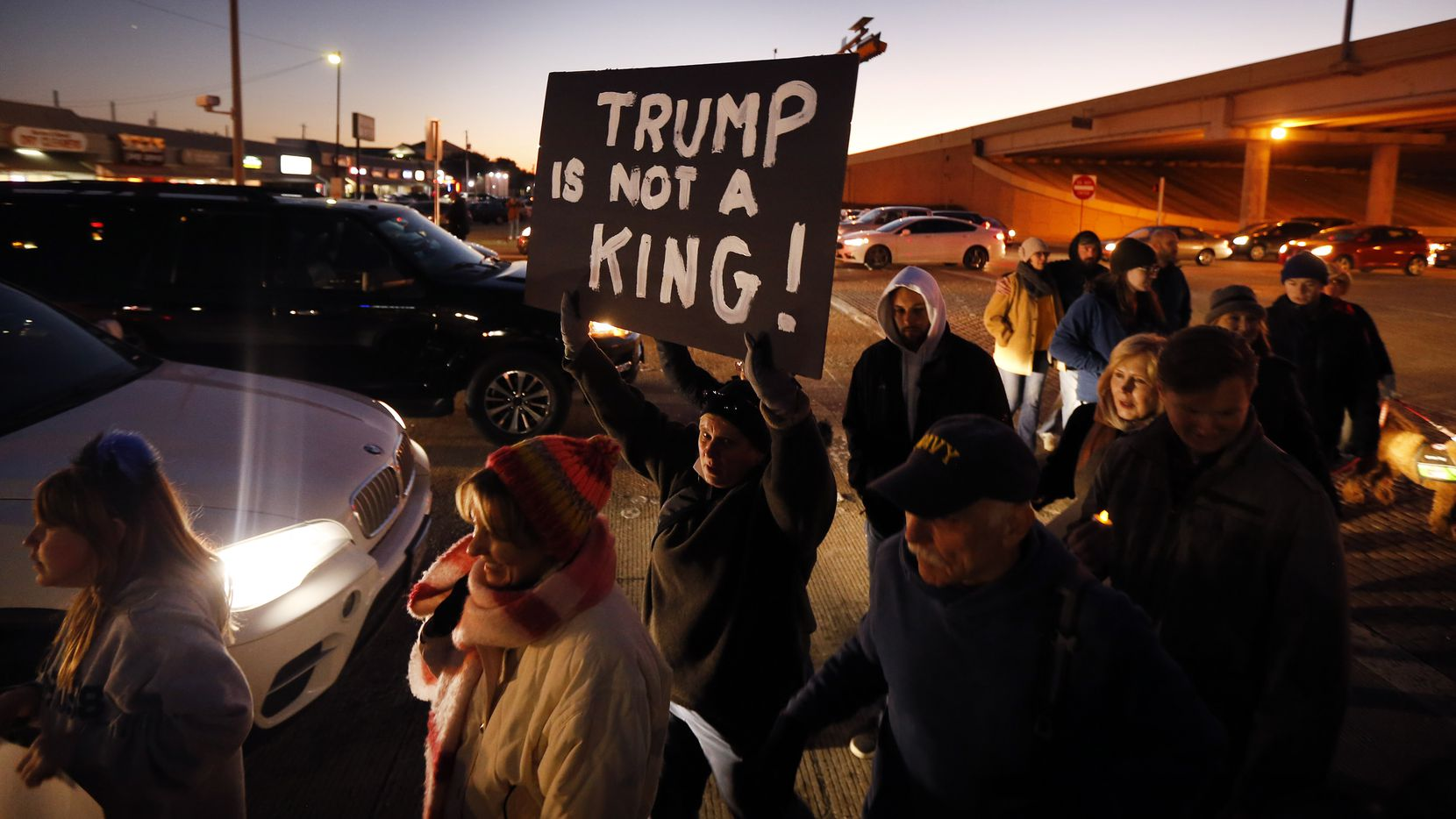 Un grupo de simpatizantes del representante Colin Allred participa de una manifestación a favor de la destitución de Donald Trump en enero pasado. Un grupo de exrepublicanos financia una campaña para poner fin a su gobierno en estas elecciones.