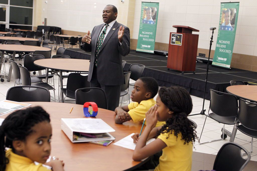 DeSoto ISD Superintendent David Harris at a town hall meeting in 2013 with students from Woodridge Elementary. (File Photo/The Dallas Morning News)