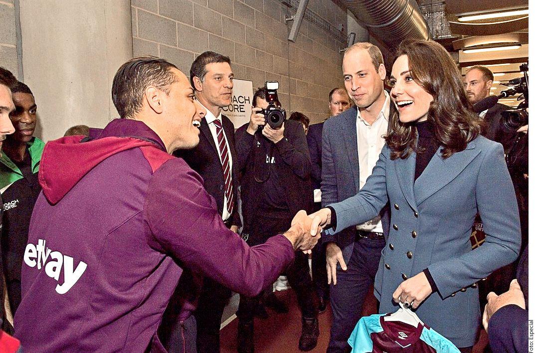 """Javier """"Chicharito"""" Hernández saludó al Príncipe William y su esposa Kate Middleton ./ AGENCIA REFORMA"""