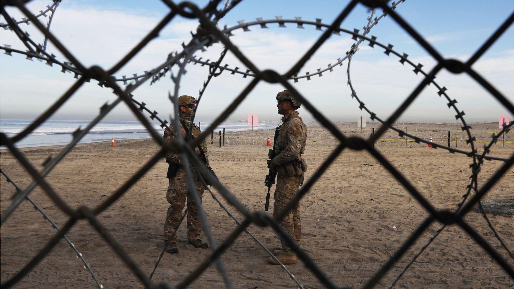 Soldados patrullan la zona fronteriza entre California y México. AP