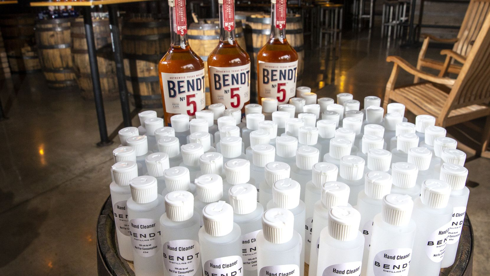 Bendt Distilling Co. en Lewisville regala botellas de alcohol desinfectante.