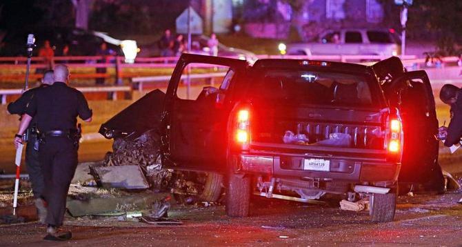 Agentes de la policía de Dallas examinan los restos de uno de los vehículos involucrados en el accidente que cobró la vida de cuatro mujeres la noche del sábado en el Web Chapel Road del noroeste de Dallas.
