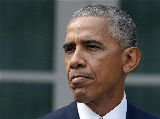 Esta foto tomada el 9 de noviembre del 2016 muestra al presidente Barack Obama haciendo una pausa durante un discurso en el Jardín Rosa  de la Casa Blanca, en Washington. (ARCHIVO/AP)