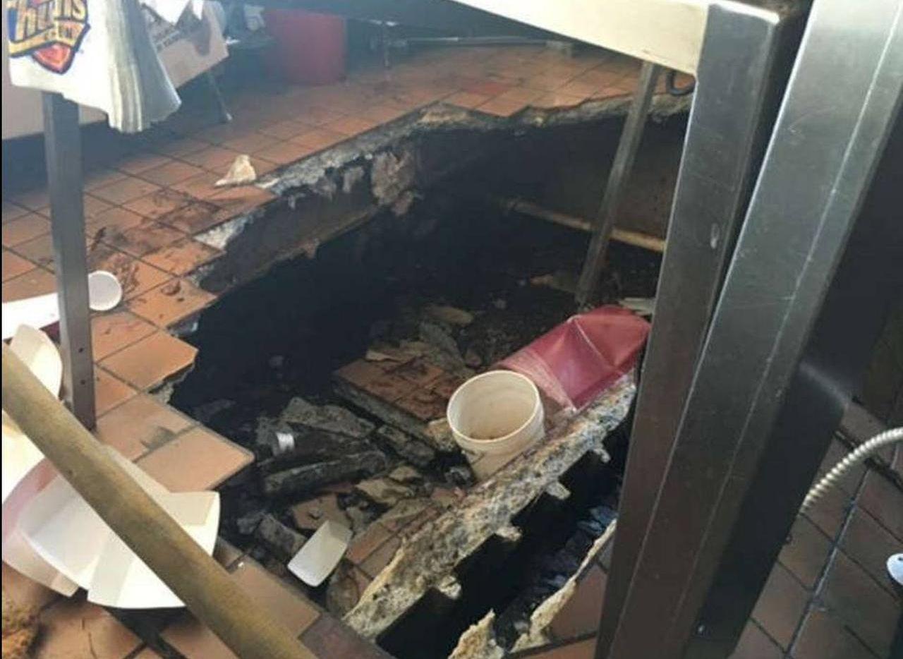 Así quedó el piso colapsado en el restaurante de Church's Chicken (POLKCOUNTYTODAY.COM/CORTESÍA)