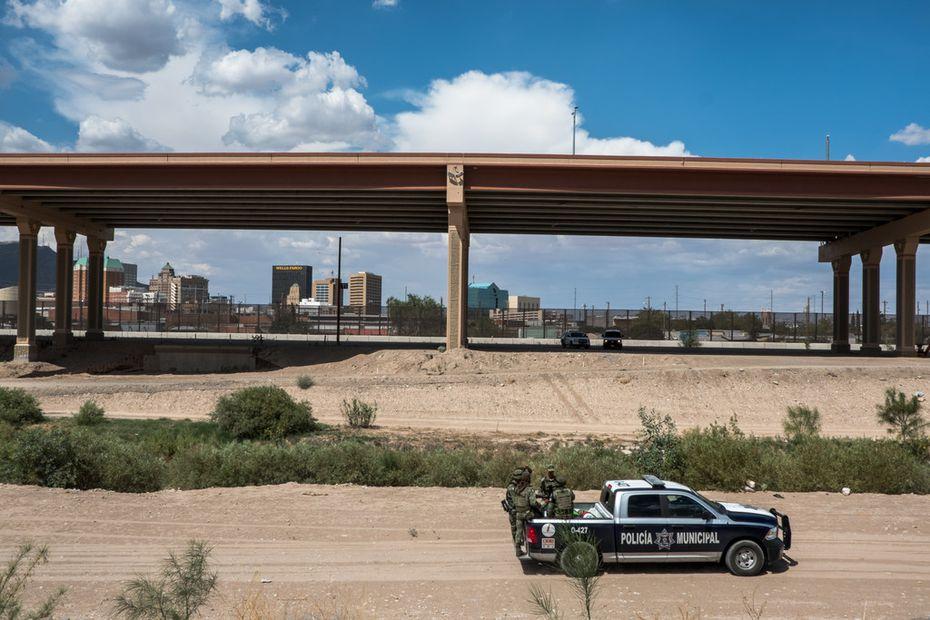Integrantes de la Guardia Nacional mexicana y la policía municipal de Ciudad Juárez durante un patrullaje en la frontera con El Paso.