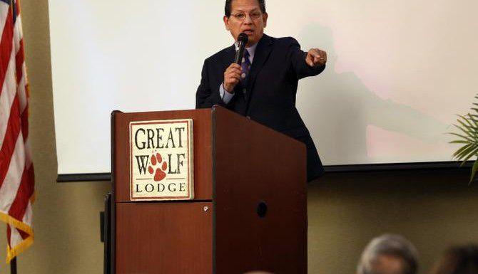El legislador Roberto R. Alonzo, de Dallas, convocó a los estudiantes de preparatoria a solicitar becas. (ARCHIVO/DMN)