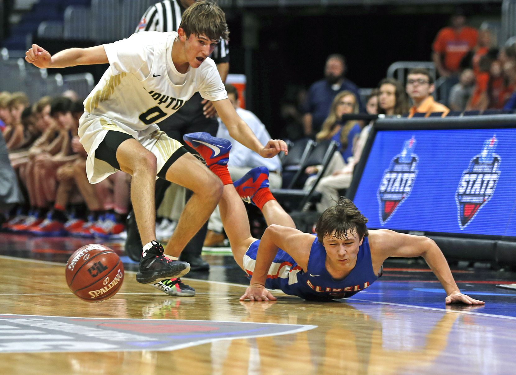 Slidell guard Brock Harwell #3 hits the court on an attempted steal. Slidell defeated Jayton 45-28 in a Class 1A semifinal game on Thursday, March 12, 2020 at the Alamodome.