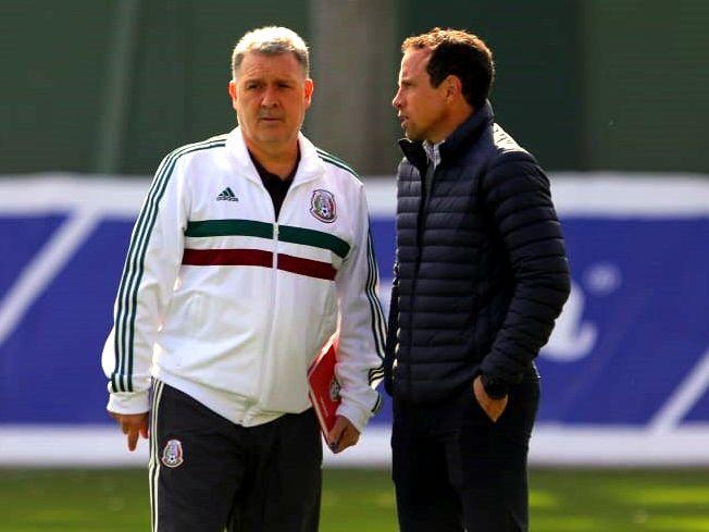 El técnico de la selección mexicana, Gerardo Martino (izq), platica con el director de selecciones nacionales de México, Gerardo Torrado, durante una práctica del Tri.