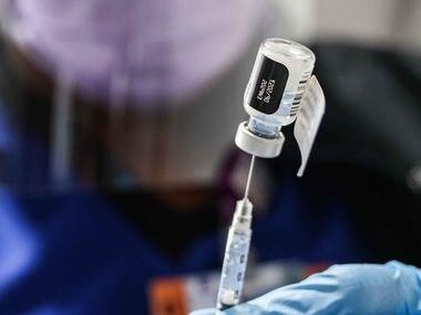 La enfermera Lisa Wheeler prepara una vacuna de Pfizer-BioNTech en Ellis Field House