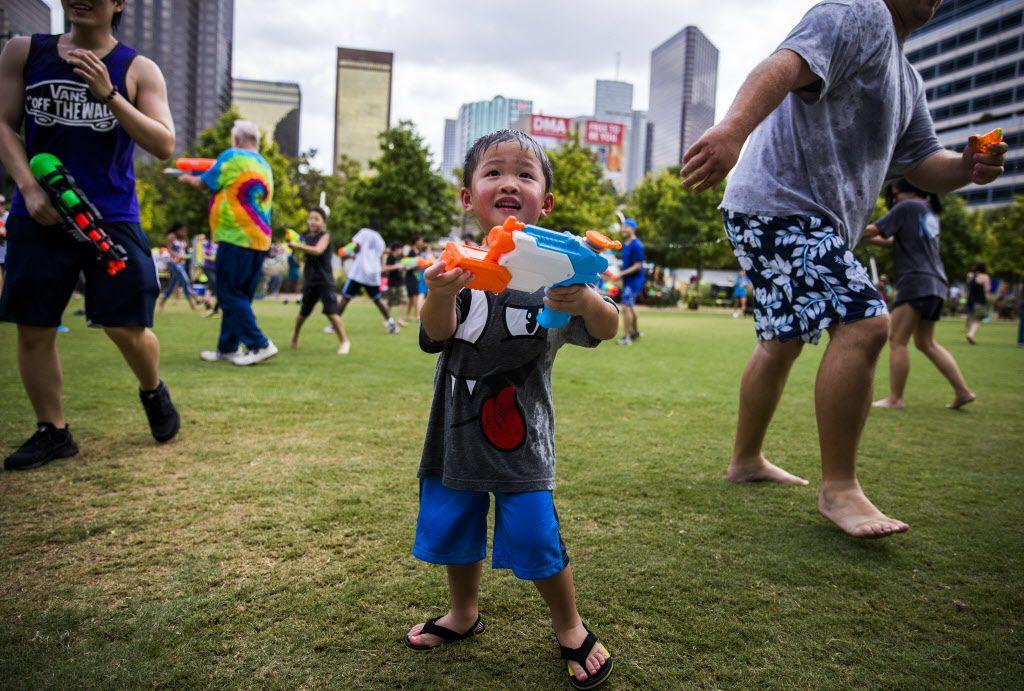 La guerra de pistolas de agua será este viernes en Klyde Warren Park, Dallas. DMN