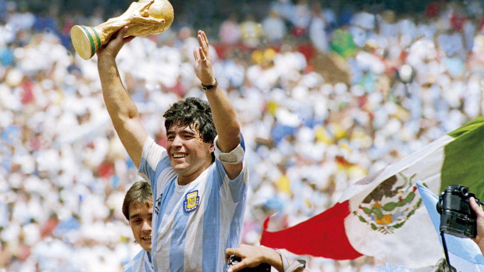 Diego Maradona levanta la Copa del Mundo después de que la selección de Argentina venciera 3-2 en la final a Alemania en la cancha del Estadio Azteca de la Ciudad de México, el 29 de junio de 1986.