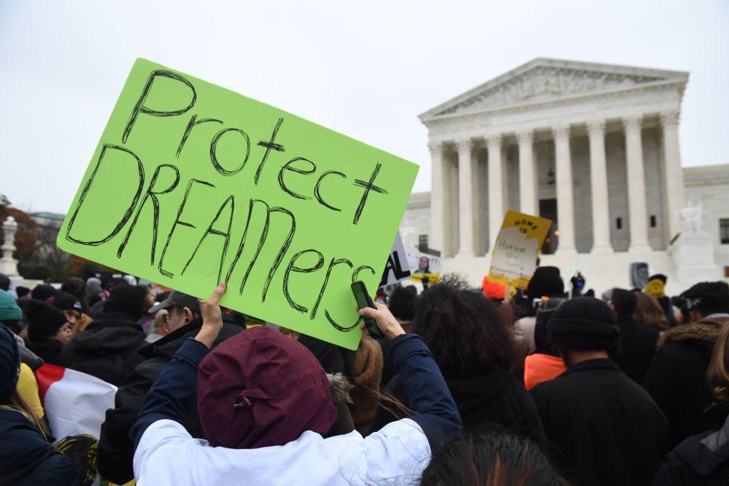 Un juez federal determinó que las acciones de Chad Wolf, director interino del Departamento de Seguridad Nacional, para modificar el programa DACA carecían de legalidad, por lo que el gobierno deberá aceptar nuevas solicitudes.