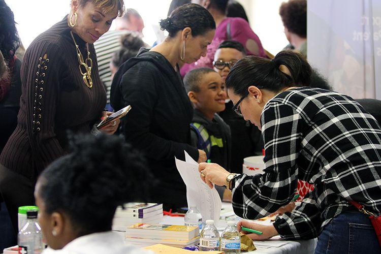 Cientos de mamás solteras del condado Collin atendieron a la feria de recursos de Gifts for Moms en el Joe Farmer Recreation Center en Allen, el sábado. (Cortesía de Stephanie Pierre)