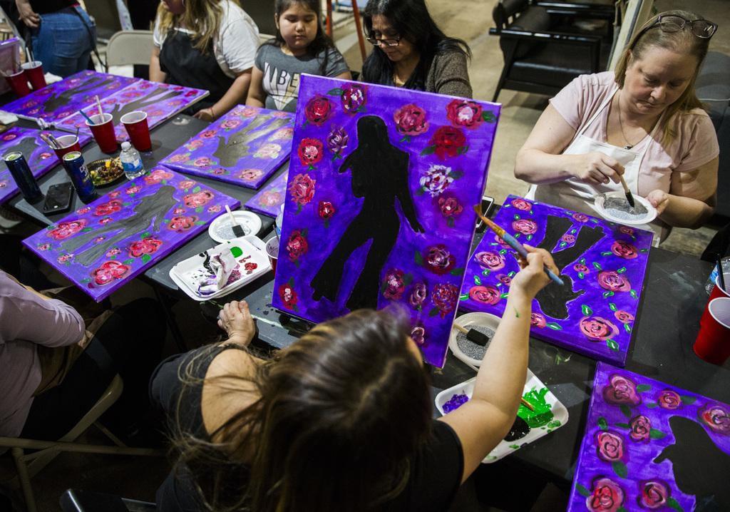 Un taller de pintura  con el tema de Selena fue organizado por Candelaria & Co. en Dallas. El evento, promovido vía Facebook, se agotó las cinco veces en que se realizó en marzo. (DMN/FOTOS: ASHLEY LANDIS)