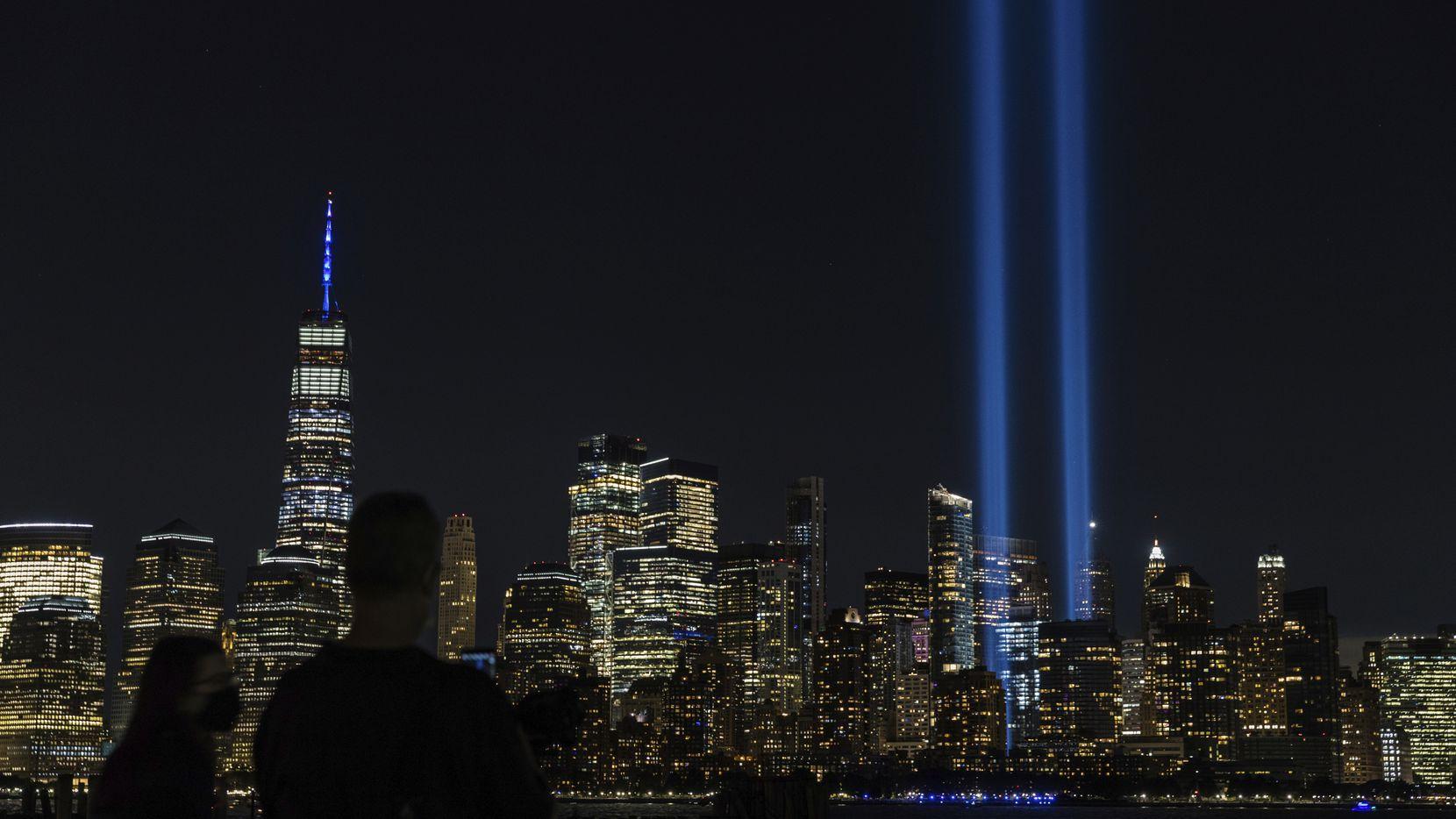 El Monumento y Museo Nacional del 11 de Septiembre iluminado en Nueva York.