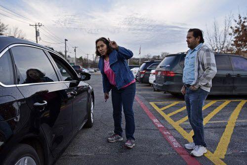 Cada mañana, Maritssa y Marco Medina dirigen el tráfico en la primaria Solar Preparatory.