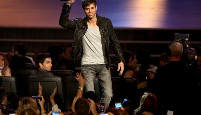 Enrique Iglesias entregó parte del monto para la beca de $200,000 para la escuela de música Berklee, en Boston. (AP/MATT SAYLES)
