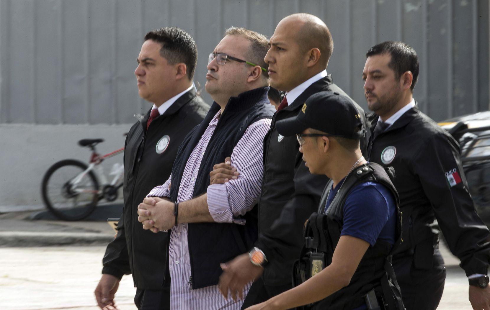 El exgobernador del estado de Veracruz, Javier Duarte, es escoltado por la policía hacia un avión antes de su extradición a México desde la Fuerza Aérea en Ciudad de Guatemala., (AP/MOISES CASTILLO)
