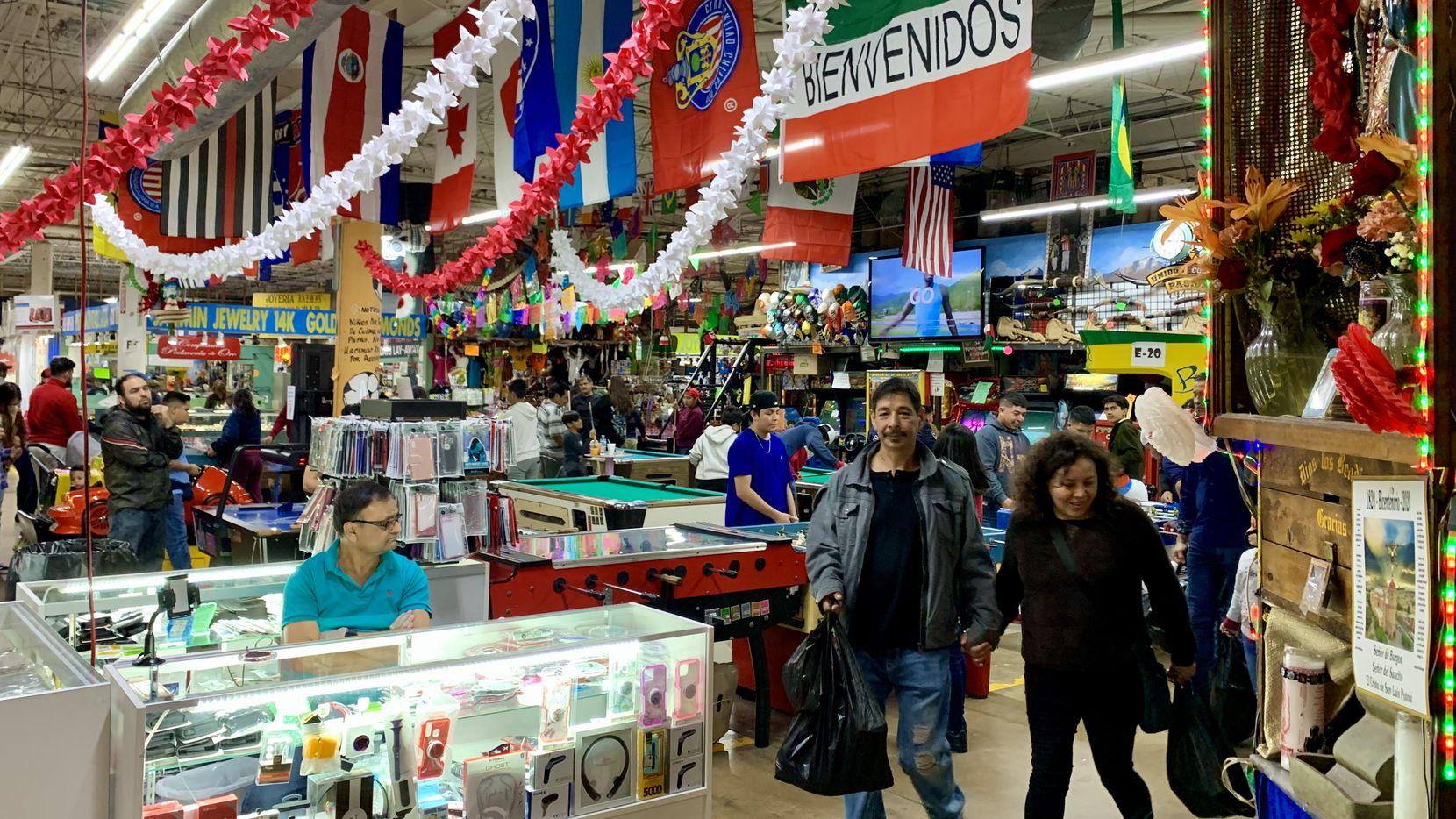 Como cualquier otro fin de semana, la gente acudió al Harry Hines Bazaar de compras o a para distraerse, en medio de la crisis por el coronavirus.