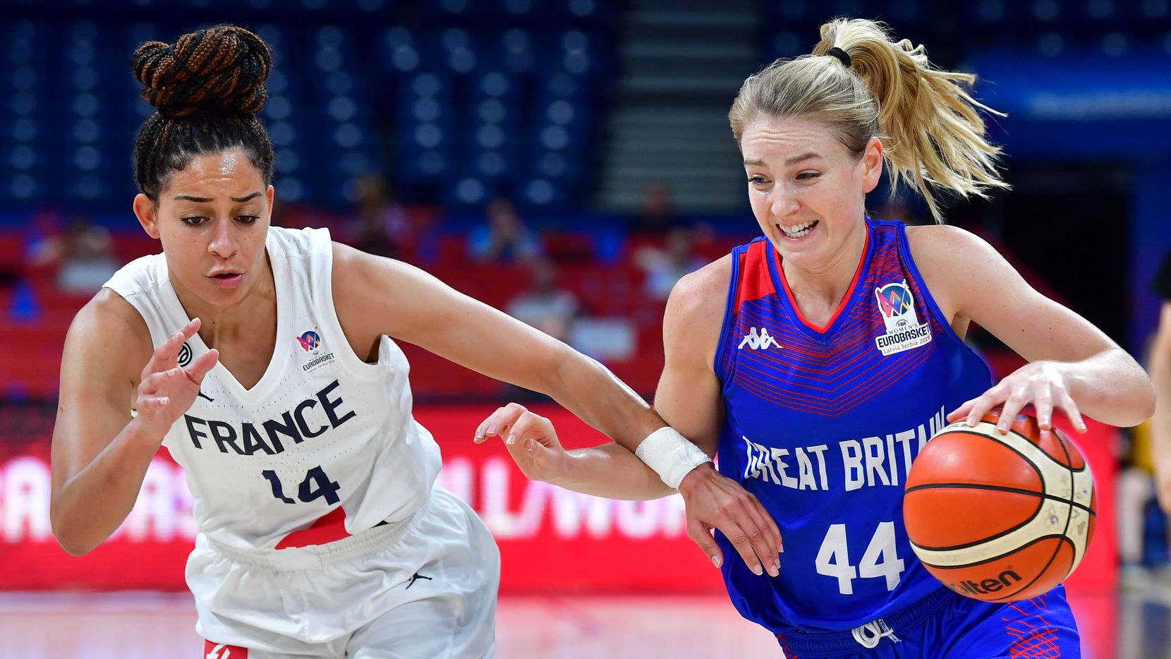 Great Britain's Karlie Samuelson vies with Frances Bria Hartley during the Women's Eurobasket 2019 semi-final basketball match between France and Great Britain on July 6, 2019, in Belgrade. (Photo by ANDREJ ISAKOVIC / AFP)        (Photo credit should read ANDREJ ISAKOVIC/AFP/Getty Images)