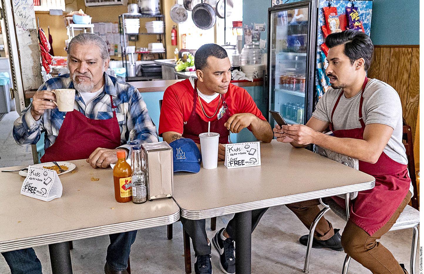 Joaquín Cosío (izq.) estelariza esta serie con toques de comedia que pasa por Netflix.