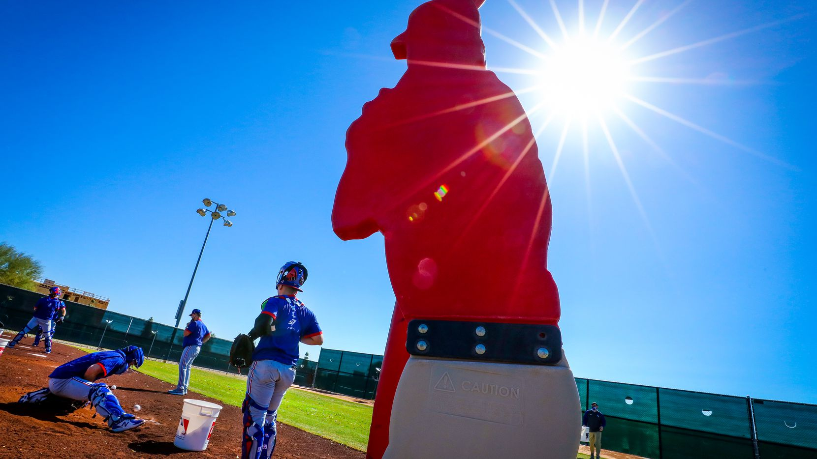 Pitchers y catchers de los Rangers de Texas se reportaron al campo de prácticas de Surpriese, Arizona, el 17 de febrero de 2021.