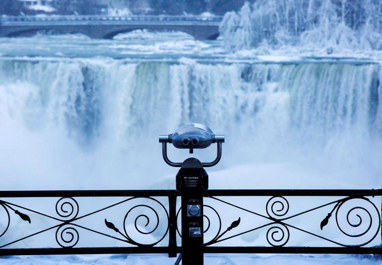 La base de las cataratas del Niágara se congelaron por el frío en el norte de Estados Unidos. AP