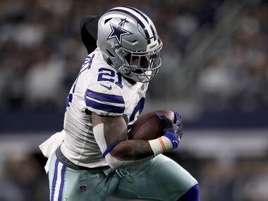 El corredor de los Dallas Cowboys, Ezekiel Elliott, anota un touchdown ante los Redskins de Washington, el 29 de diciembre de 2019 en el AT&T Stadium de Arlington.