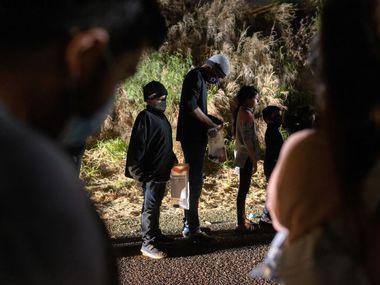 Varios menores no acompañados fueron interceptados por agentes de la Patrulla Fronteriza luego de cruzar la frontera del Río Grande en Roma, Texas, el 29 de abril, 2021.