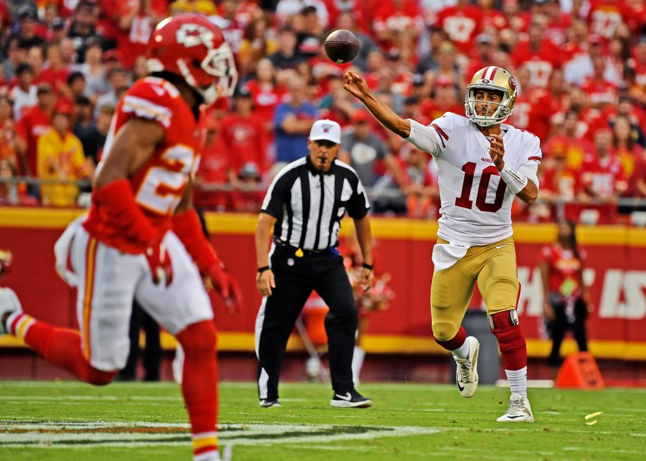 El quarterback de los 49ers de San Francisco, Jimmy Garoppolo, lanza el ovoide durante el encuentro contra los Kansas City Chiefs, el 24 de agosto de 2019 en el Arrowhead Stadium de Kansas City.