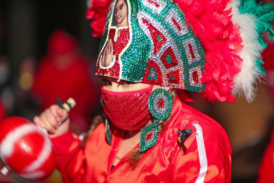 El cubrebocas es una de las precaciones que grupos de danza están tomando durante las celebraciones Guadalupanas.