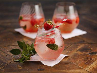 Κατεψυγμένα ποτά μέντας φράουλας φτιαγμένα από το Topo Chico