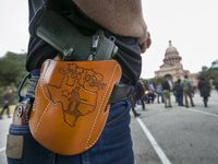 Simpatizantes de las leyes estatales que garantizan el derecho a portar armas en público se han demostrado frente al Capitolio de Texas, en Austin.