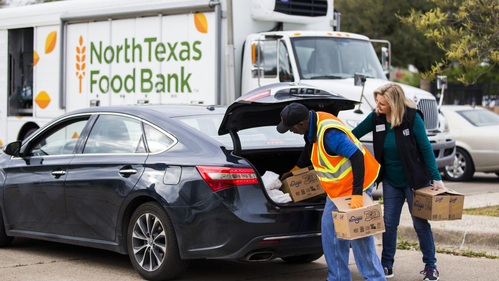 Con ayuda de voluntarios, el North Texas Food Bank está entregando comida a familias afectadas por la crisis del coronavirus.