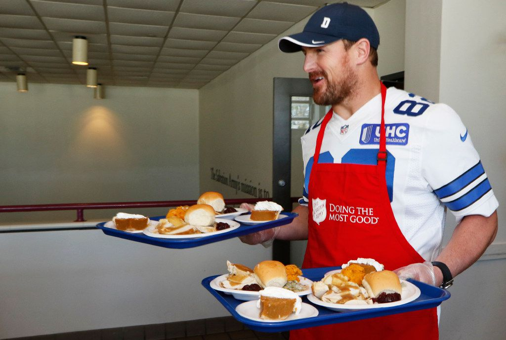 Dallas Cowboys tight end Jason Witten (82) carries plates from the kitchen to the dining room at the Salvation Army Carr P. Collins Social Service Center where Cowboys players served early Thanksgiving Day dinners to less fortunate people, Tuesday, November 14, 2016.  (David Woo/ The Dallas Morning News)