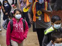 La mayoría de estudiantes uso mascarillas en el primer día de clases en la primaria H.I. Holland, en Dallas. El DISD puede pedir su uso, pero este no es obligatorio debido a un impedimento estatal.