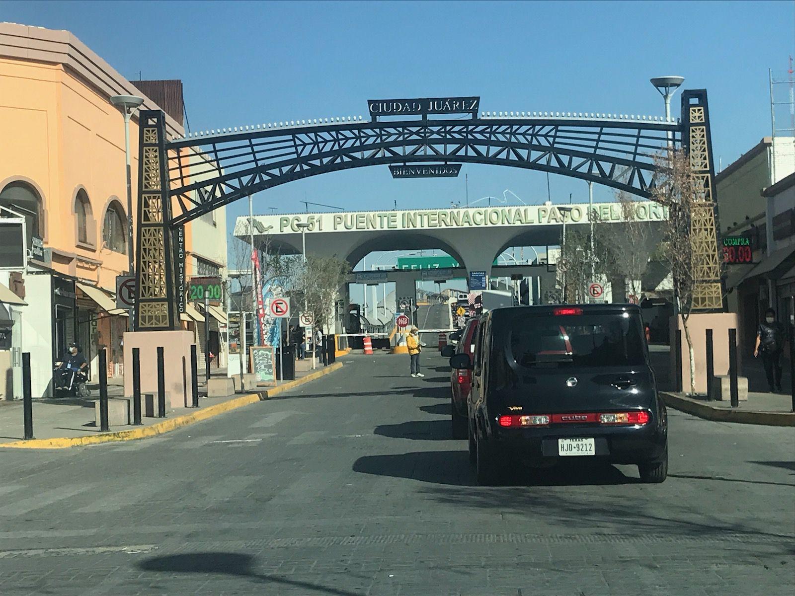 Autos se forman en fila en Ciudad Juárez para cruzar a El Paso, Texas por el Puente Internacional Paso del Norte.