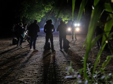 Agentes de seguridad de Texas detienen a un grupo de migrantes en Del Rio, Texas.