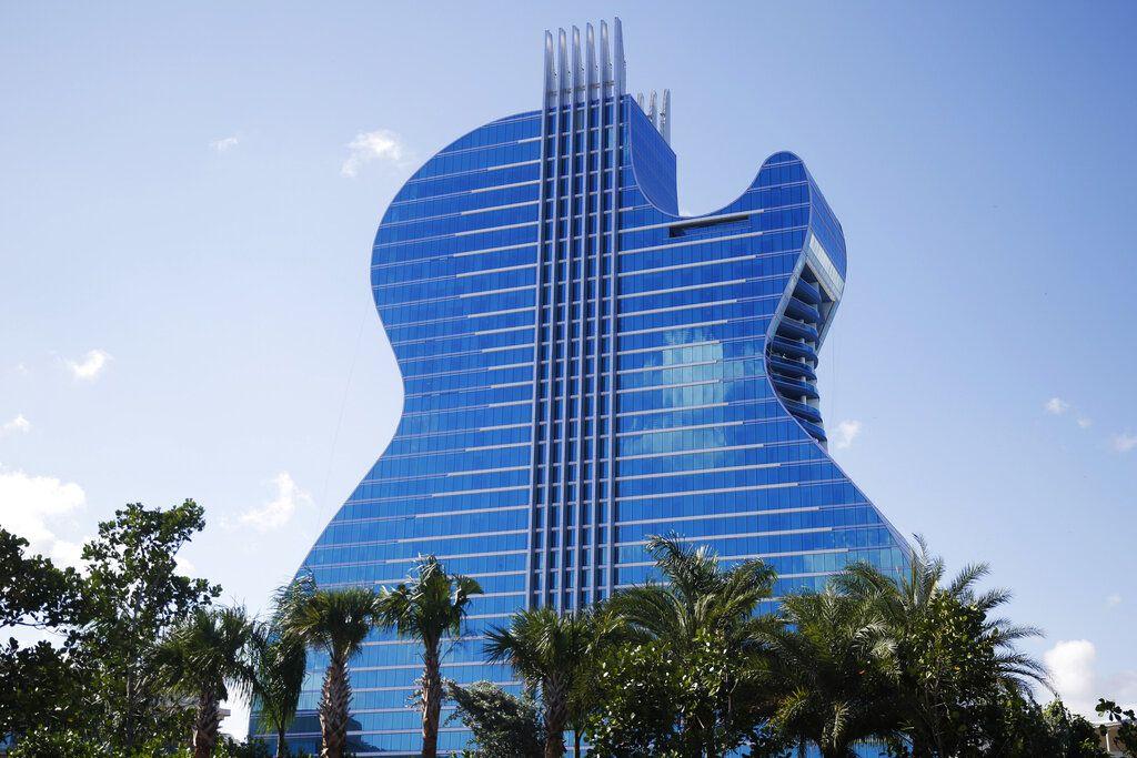 El hotel en forma de guitarra visto en el Seminole Hard Rock Hotel and Casino el jueves 24 de octubre de 2019 en Hollywood, Florida. (AP Foto/Brynn Anderson)