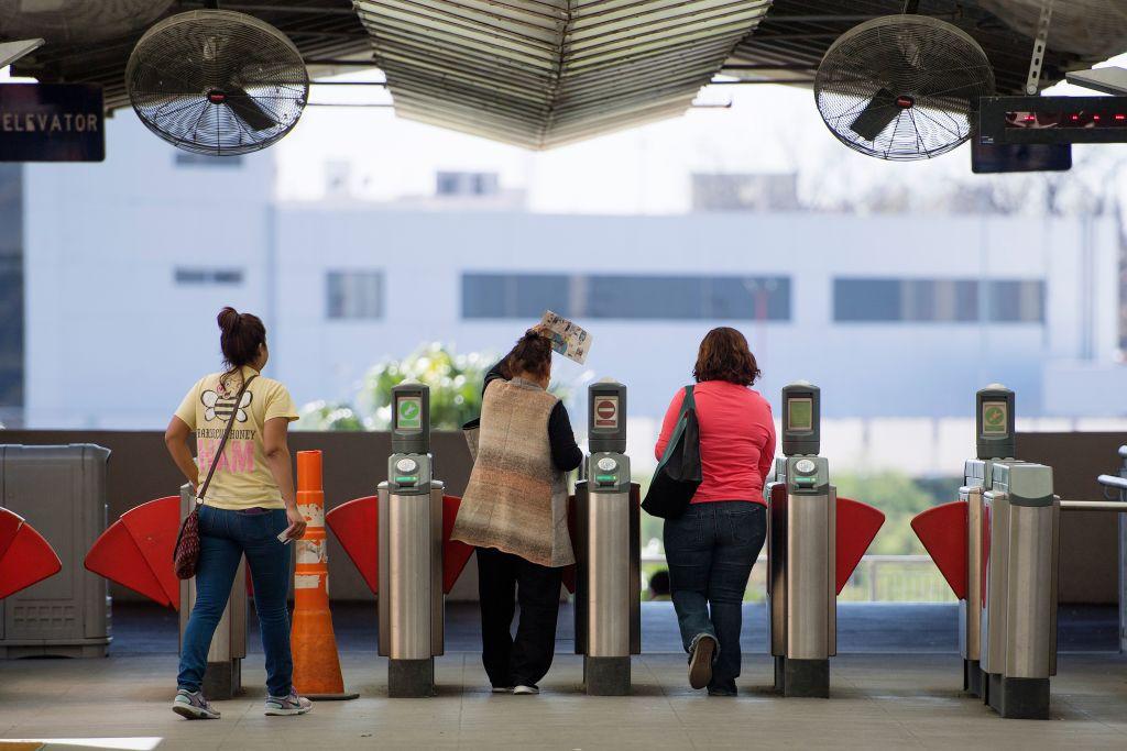 Personas entran a la zona de aduanas del puerto de entrada a Estados Unidos en Laredo, Texas. Desde el 21 de marzo del 2020 la frontera terrestre entre Estados Unidos y México ha estado cerrada al tráfico no esencial.