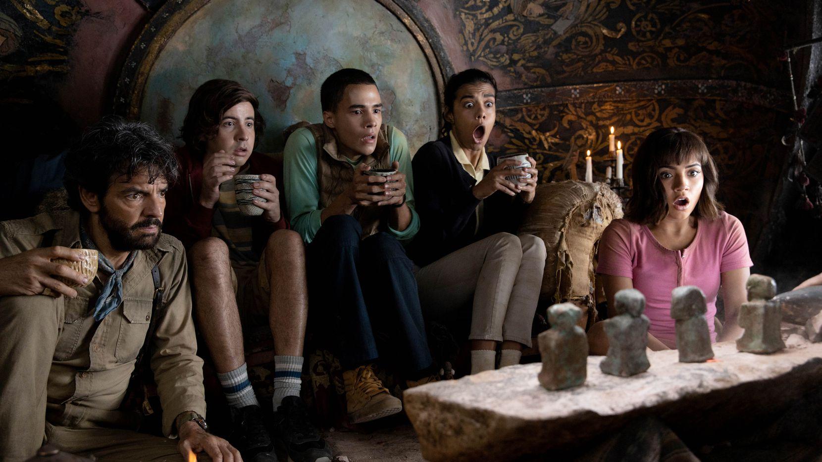 "Eugenio Derbez, Nicholas Coombe, Jeffrey Wahlberg, Madeleine Madden e Isabela Moner en ""Dora and the Lost City of Gold""."