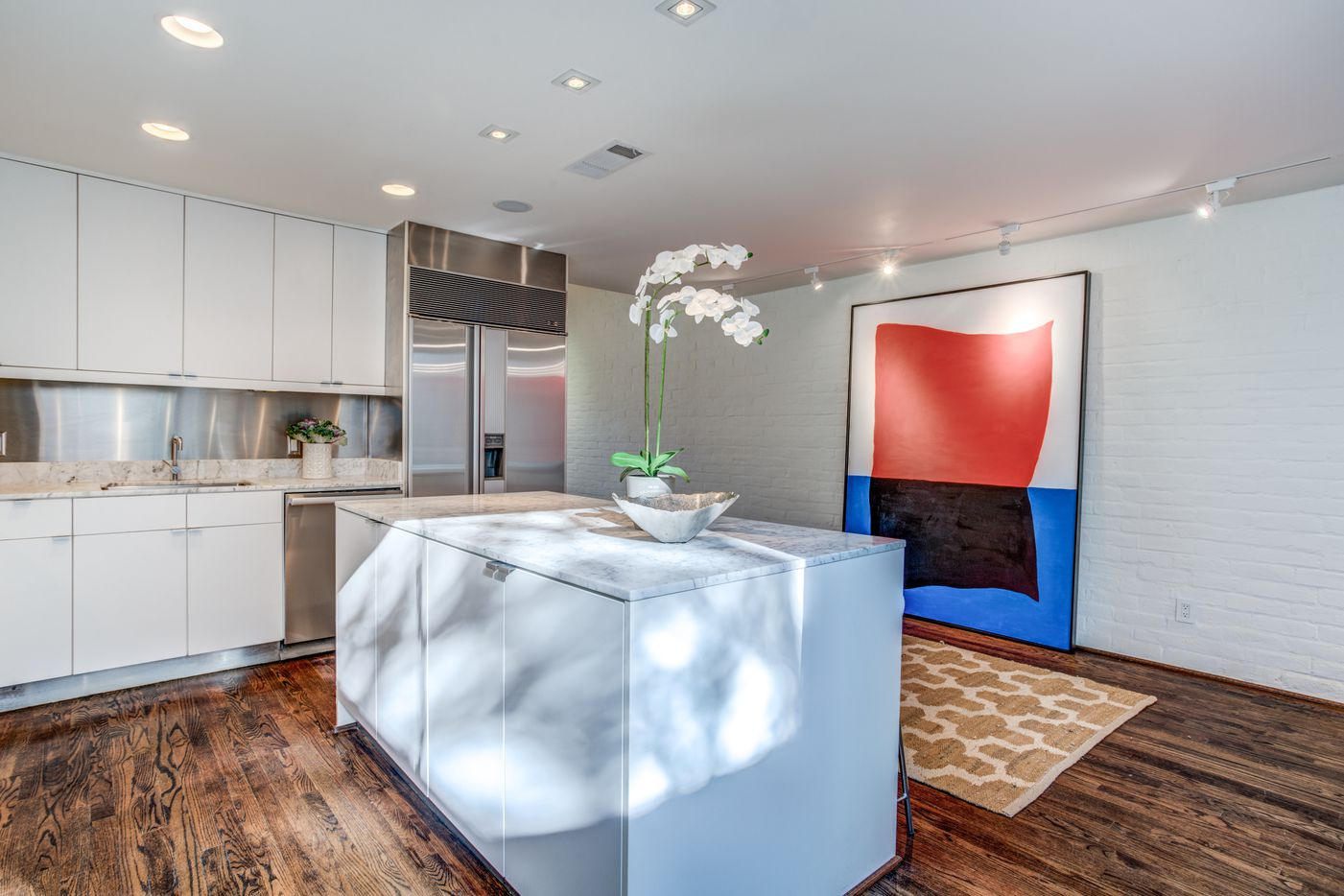 Noted Dallas architect Frank Welch designed plenty of Texas-sized stunners in Dallas, but this townhouse at 4021 Travis St. in Uptown puts his design on display in a smaller form.